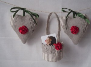 Heart Shaped Valentine Day Decor Quilt Set With Ivory Roses & Mini Basket